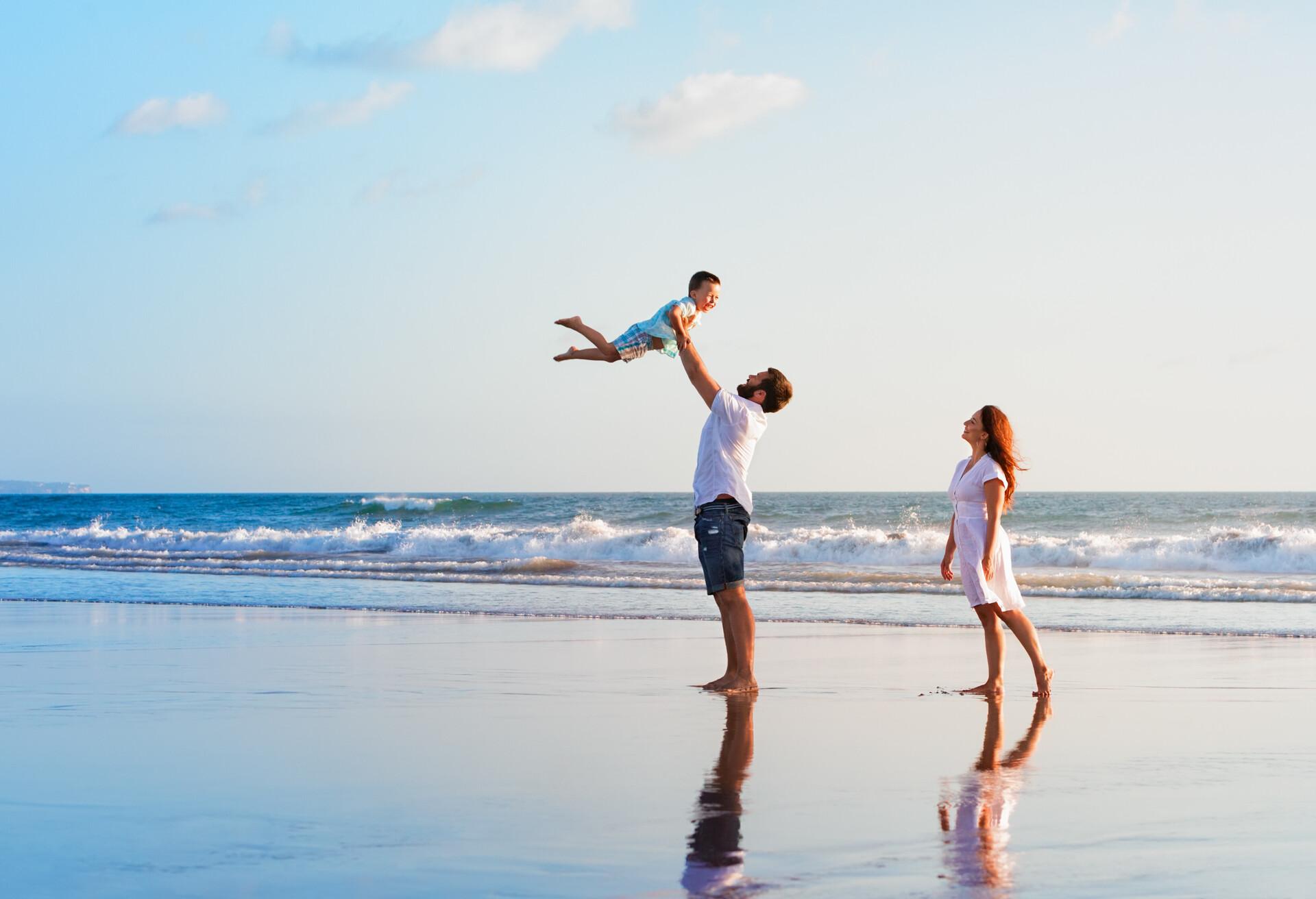 En barnfamilj som njuter av sin ö-semester.