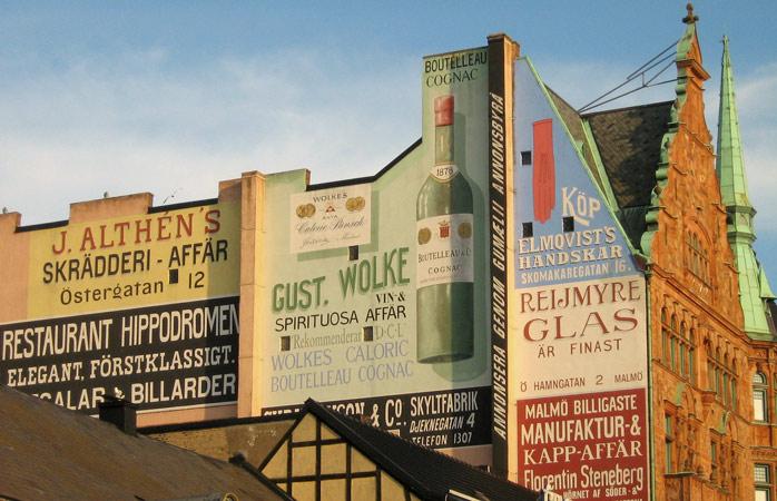 En ljus väggmålning på torget Lilla Torg i centrum
