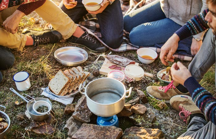 Några få saker och kära vänner... det är allt du behöver för en riktig festmåltid när du campar