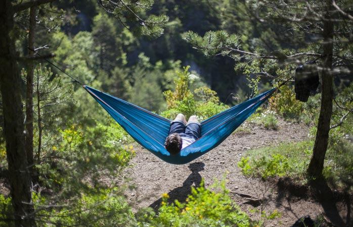 Om du är typen som gillar att ligga och lata dig i solen, ta med en hammock och låt tiden gå