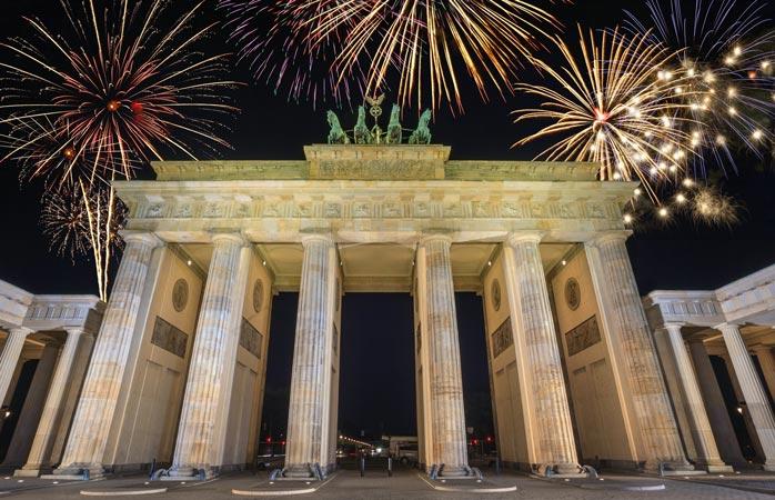 Ta dig till Brandenburger Tor i Berlin för att få en bra utsikt över stadens nyårsfyrverkerier