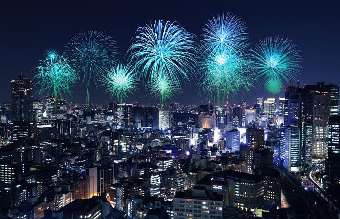 Den moderna metropolen Tokyo badar i färg på nyårsafton