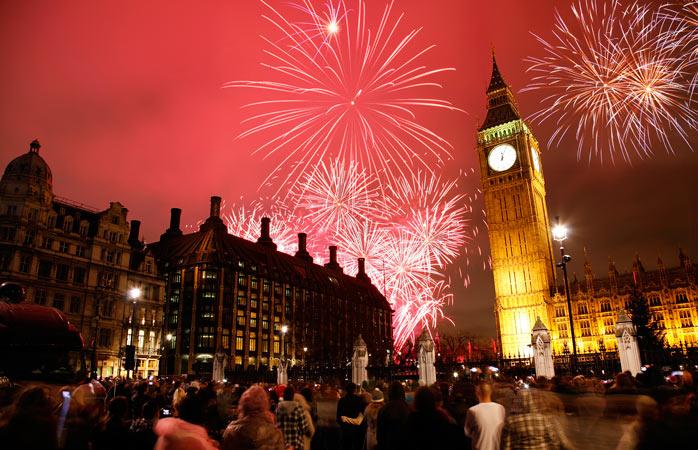 Big Ben badar i rött på nyårsafton
