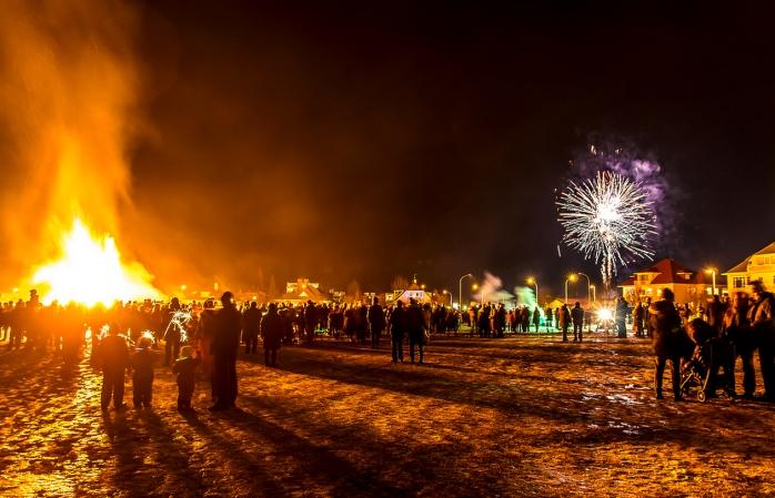 Folk samlas i nationalparken i Reykjavik för att fira nyår.