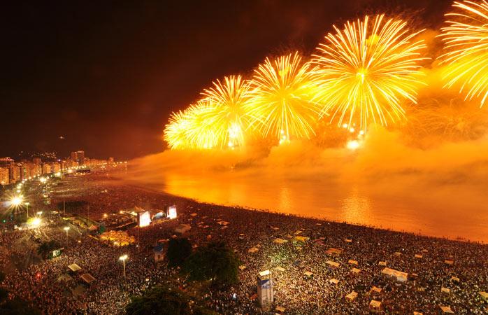 Upplev nyårsafton på någon av Rios välkomnande stränder
